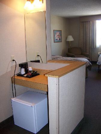 Best Western Green Bay Inn Conference Center: Coffee Pot & Mini Fridge....No Microwave