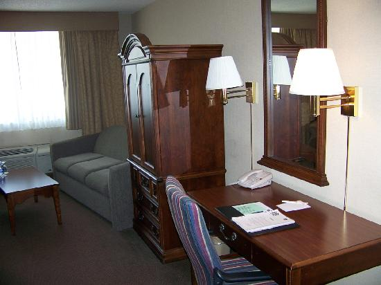 BEST WESTERN Green Bay Inn Conference Center: Couch, TV & Work Desk Area