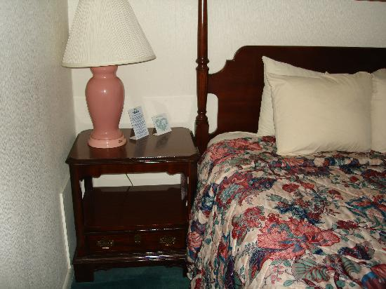 Days Inn Dover: side table