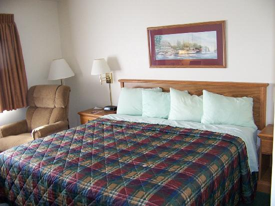 AmericInn Lodge & Suites Sturgeon Bay: King Bed With Beautiful Mint Green Sheets....