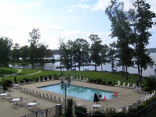Inn at Pickwick Landing: Pool area