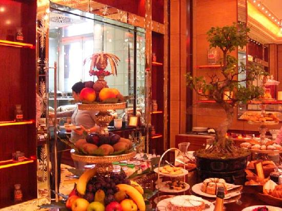 Hotel Principe Di Savoia: The grand breakfast area with its wide array of quality foods.