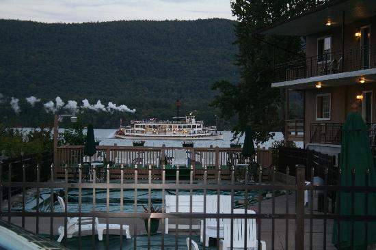 Sundowner Motel: Lake George Steamboat Passing by