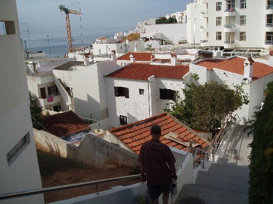 Casa Pedras Apartments: steps down to beach