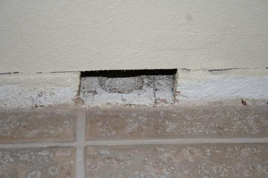 Sunset Inn: Missing piece of the wall/molding under the vanity