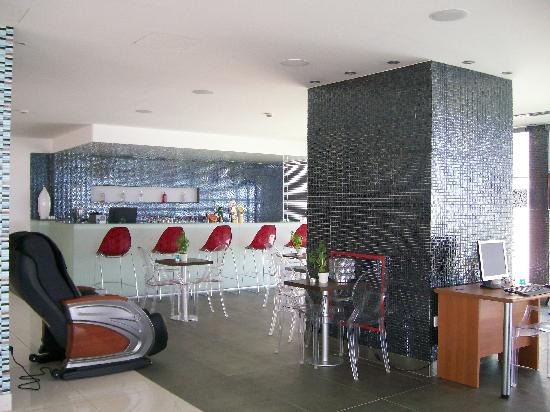 Silver Sands Beach Hotel: bar in reception area
