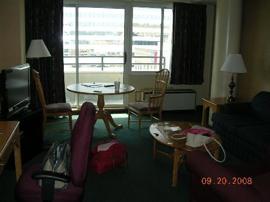 Garfield Suites Hotel : living room area