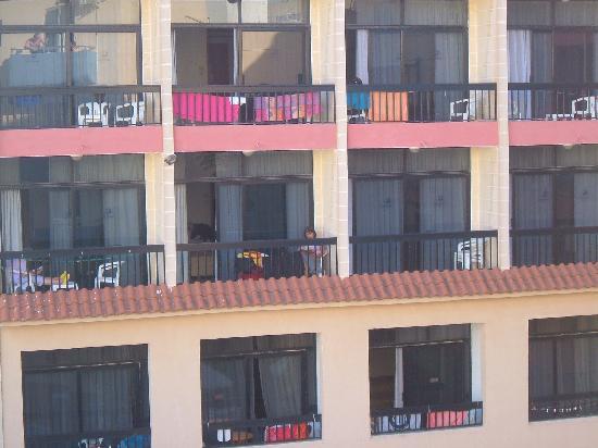كاردور أبارتمنتس: Balcony overlooked by hotel