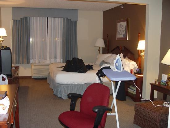 Wingate by Wyndham Oklahoma City Airport: bed from living area