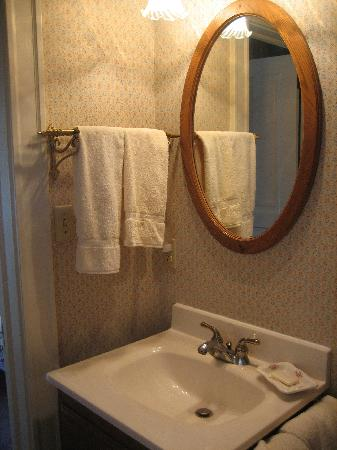 Redstone Inn & Suites: Bathroom