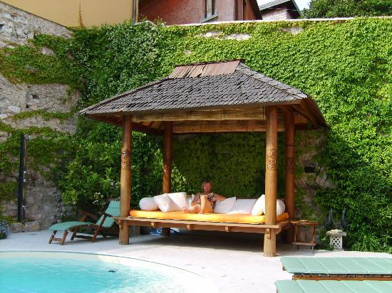 Locanda Agli Angeli Garni: Relaxing at the pool