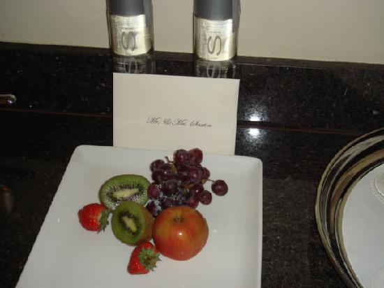 Trump International Beach Resort: Fruit - a lovely touch