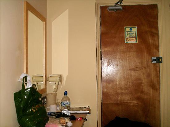 Excelsior Hotel London: porta ingresso e tavolo