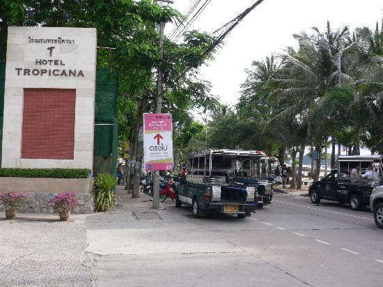 Hotel Tropicana: entrance from beach road