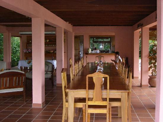 Finca Luna Nueva Lodge: The communal dining table with kitchen beyond