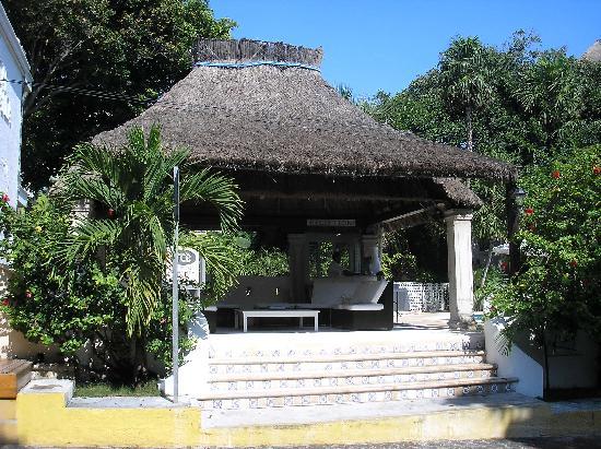 Tropical Escape Hotel: Street Entrance