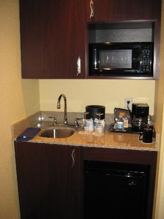 SpringHill Suites Medford: Wet bar in king suite