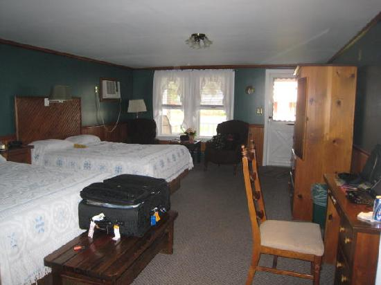 Myer Country Motel: The room was large with two large beds