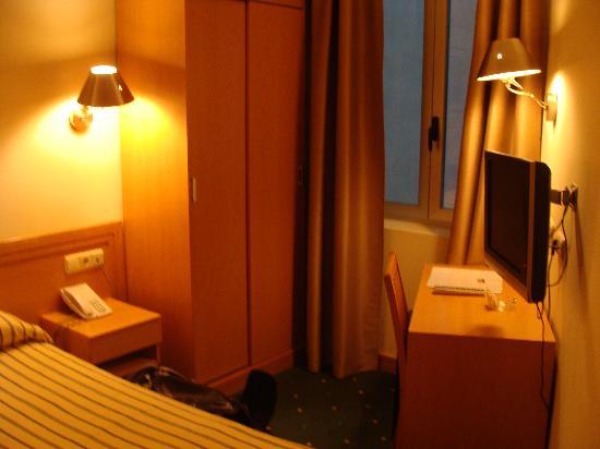 Hotel Zaragoza Plaza: Double Room - Flat screen TV
