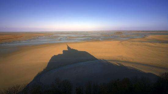 Abbaye du Mont-Saint-Michel: L'ombre du mont saint Michel sur la baye