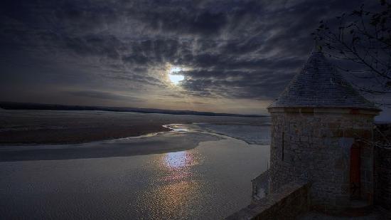 Abbaye du Mont-Saint-Michel: coucher de soleil sur une des tours du mont saint michel