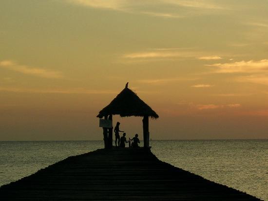 Mawimbini Club : Tramonto sul pontile del villaggio