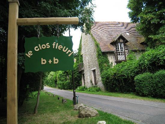 Le Clos Fleuri: The street sign