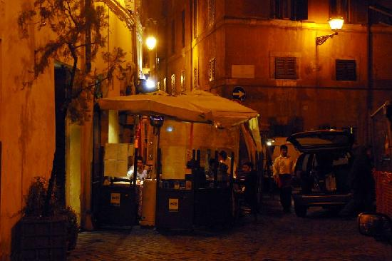 Surprising in Rome: Street resturant close by