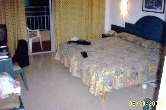 Hotel Piñero Bahia de Palma: The bedroom that we have there,its verry clean and not small