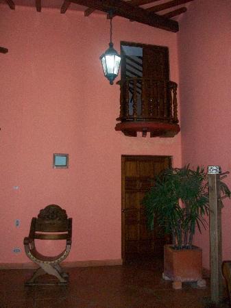 Hotel Casa Tenerife: Nuestra habitación –Dormitorio de dos pisos con balcón hacia a la fuente y balcón hacia la calle