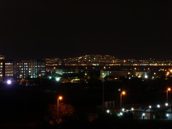 Kaya Izmir Thermal & Convention: お部屋からの夜景。実際はもっと綺麗でした。