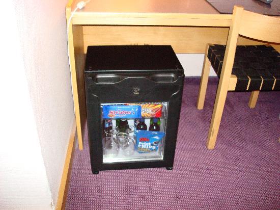 Voksenasen AS: Minibar sotto la scrivania