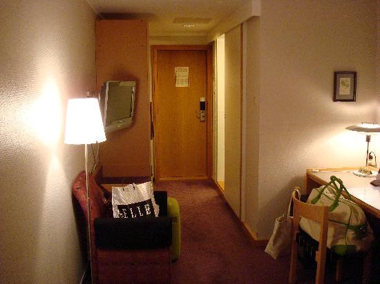 Voksenasen Hotel AS: Nella penombra la moquette manifestava la sua debolezza