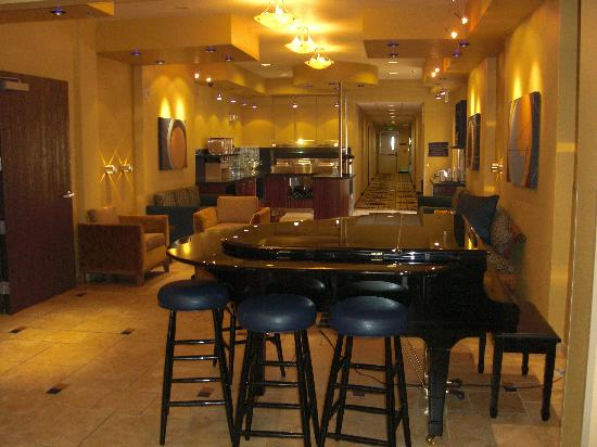 Baymont Inn & Suites Las Vegas South Strip: piano bar and breakfast area