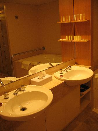 Stamford Plaza Adelaide: Bathroom
