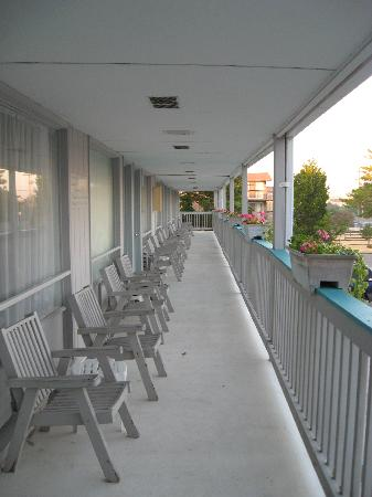 North Shore Inn: Upper Rooms Balcony Landing