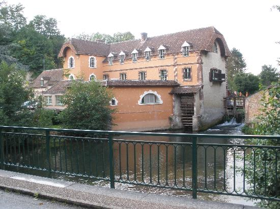 Condeau, Fransa: The view from the river bridge