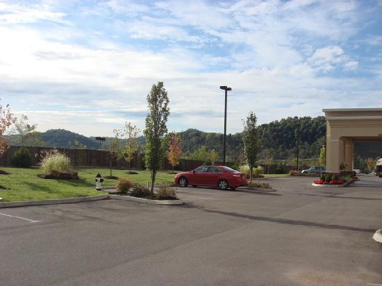 Hampton Inn Athens: Even more parking lot