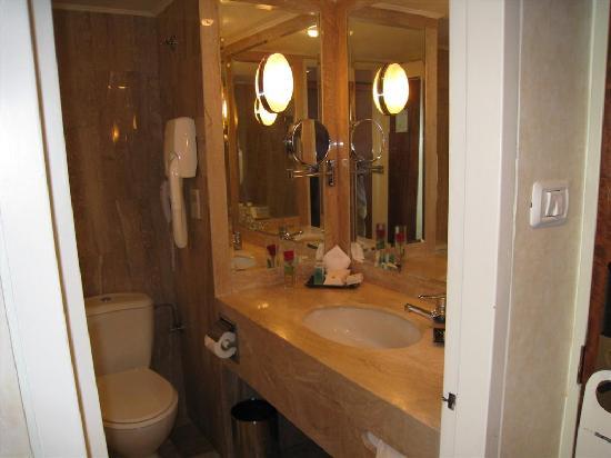 Inbal Jerusalem Hotel: My room - the bath