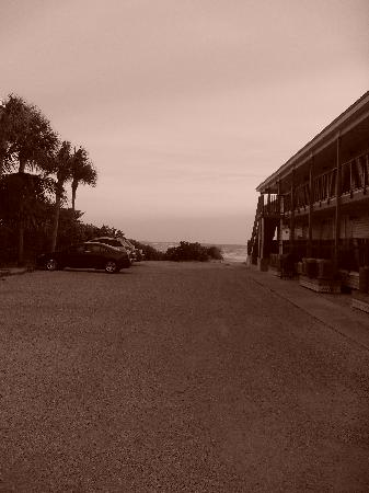 Shalimar Cottages and Motel : le parking du motel donnant sur la mer