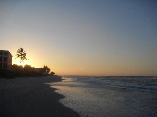 Shalimar Cottages and Motel : lever du soleil depuis la plage de l'hotel