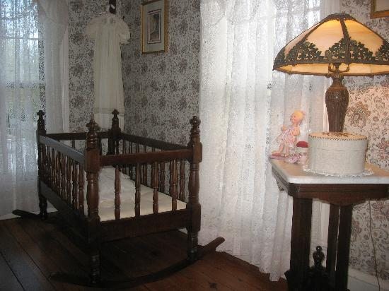 Henry Sawyer Inn: The famous Lincoln crib