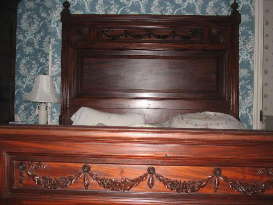 Henry Sawyer Inn: Our bed, a gorgeous antique