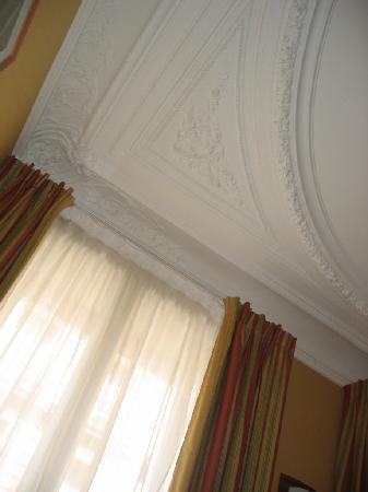 Best Western Le Nouvel Orléans : ceiling