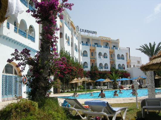 Le Khalife: relaxing near the swimming pool