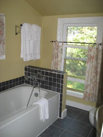 Dragonfly Inn: our private bathroom