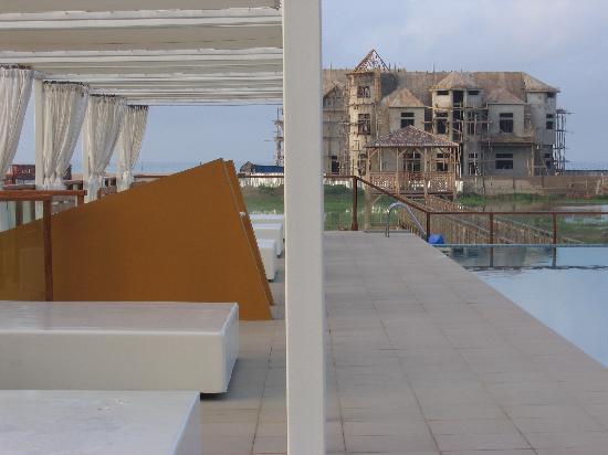 Novotel Cotonou Orisha Hotel: Next to the pool
