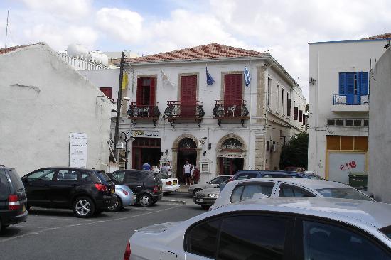 Kiniras Hotel: Hotel von der Strassenseite