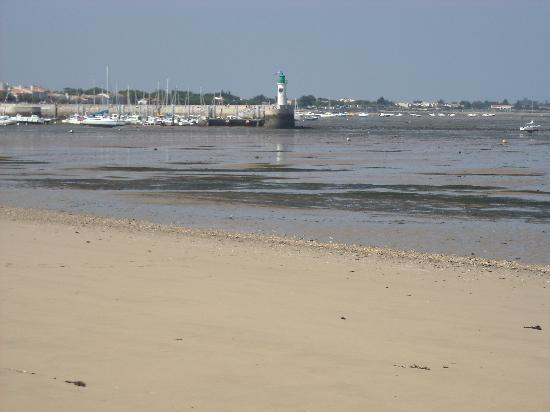 La Jolie Brise : beach to east of harbour