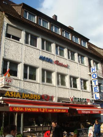 Munster Hotel: Hotelansicht vom Platz aus